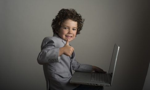 ノートパソコンと子供